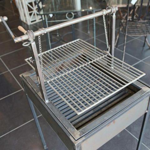 Barbecue in ferro e griglia d'acciaio regolabile in altezza BBQ 02